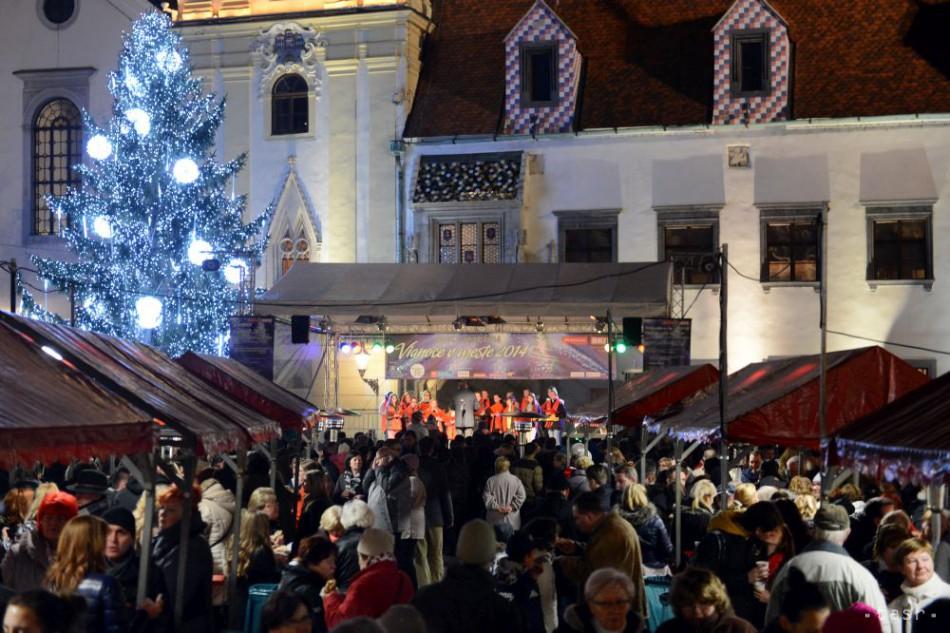Vianočný stromček na Hlavnom námestí už svieti, začali sa trhy