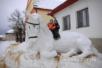 Partia lesníkov vytvorila zo snehu koňa, kostol a hasičskú zbrojnicu