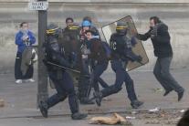 V Paríži vypukli nepokoje, zadržali 13 ľudí