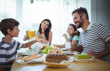 Slováci sa najčastejšie stretávajú pri spoločnom stole na večeru