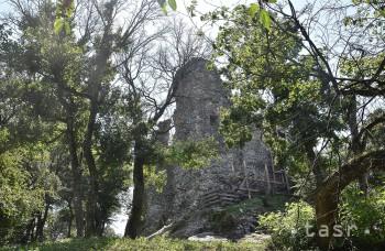 Viniansky hrad odkryl ďalší archeologický poklad. Bránu z 13. storočia
