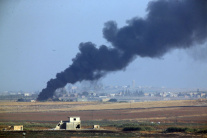 Dym po výbuchoch na sýrskom území po začiatku voje