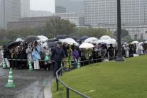 Ľudia čakajú pred Cisárskym palácom