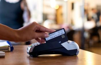 Slováci využívajú platobné karty z roka na rok častejšie