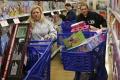 Ľudia by nemali podľahnúť nákupnej horúčke a zbytočne sa zadlžiť