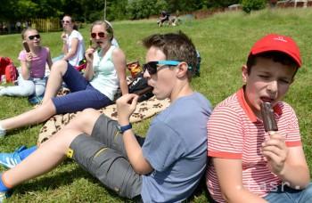 Slnečné okuliare by mali nosiť aj malé deti