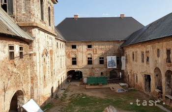 Kaštieľ v Jelšave opravujú nezamestnaní, pracujú aj na obnove strechy