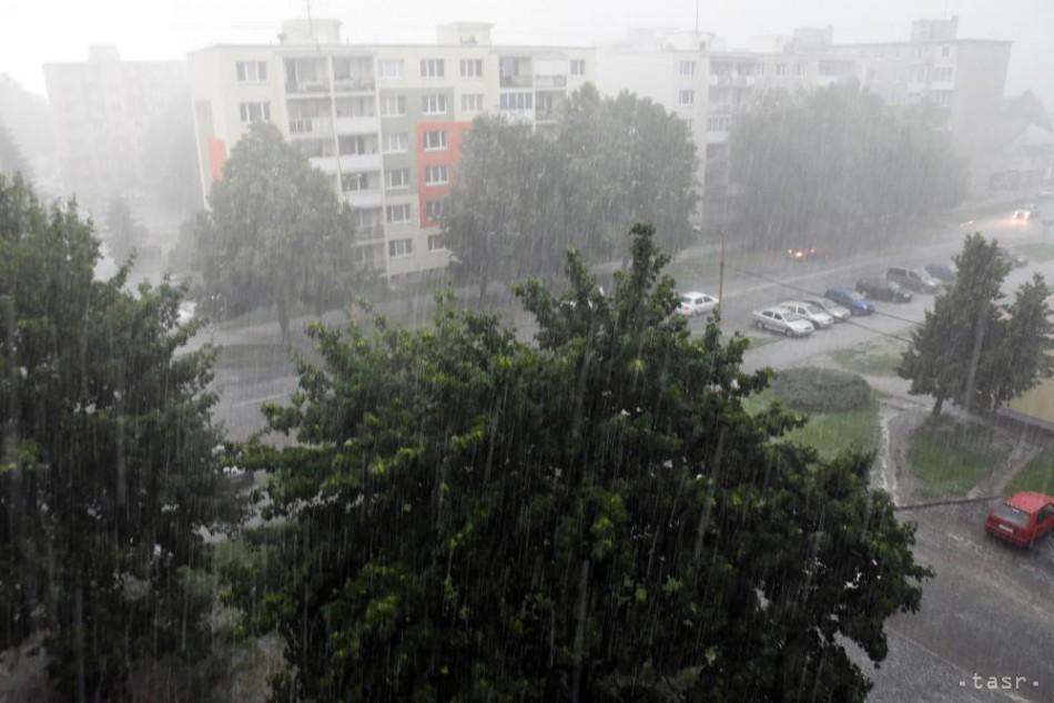 V stredu hrozia na celom Slovensku búrky s krúpami