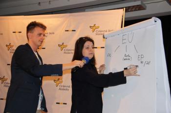 Europoslankyňa Jana Žitňanská medzi študentmi cirkevnej školy