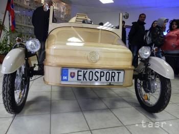 Ján Hančin vyrobil drevené trojkolesové auto na elektrický pohon