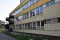 Základná škola Karpatská sa čoskoro popýši novými oknami aj ihriskom