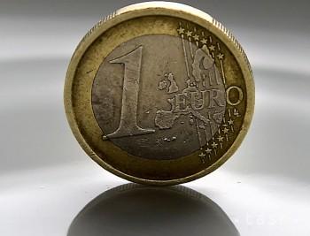 Kurz eura sa drží nad úrovňou 1,11 USD/EUR
