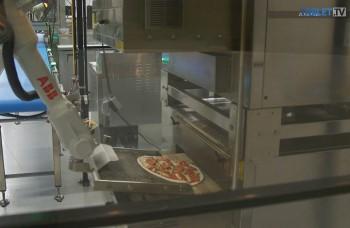 VIDEO: Keď kuchárov nahradia roboty. Pizzu upečú aj dovezú domov