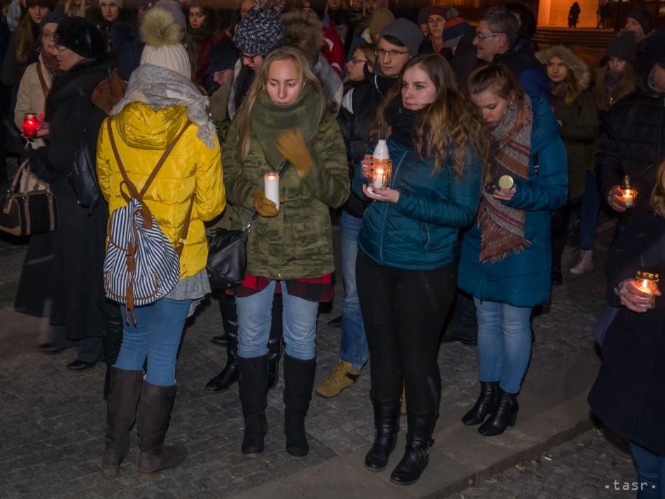 407435a63 ... v Nitre k Mariánskemu stĺpu na Svätoplukovom námestí v Nitre, kde na  počesť zastrelených bývalých študentov školy Jána Kuciaka a Martiny  Kušnírovej ...