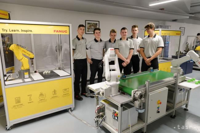 d9b4a145c66d Súkromná stredná odborná škola polytechnická DSA v Nitre otvorila v piatok  špecializované školiace pracovisko vybavené modernými robotmi.