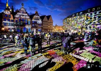 Na snímke radnica a historické námestie Römerberg sú osvetlené v rámci svetelnej šou Luminale v nemeckom Frankfurte nad Mohanom 20. marca 2018.