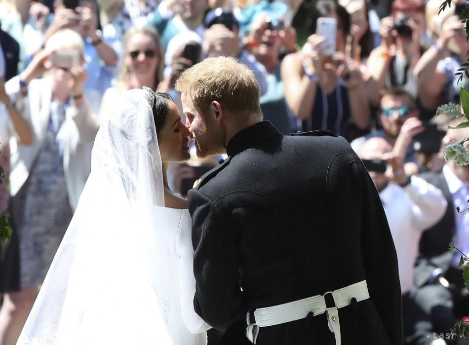 Na snímke vpravo ženích a britský princ Harry, vľavo nevesta Meghan Markleová počas manželského bozku po sobáši v Kaplnke sv. Juraja na kráľovskom zámku vo Windsore v sobotu 19. mája 2018. Foto: TASR/AP