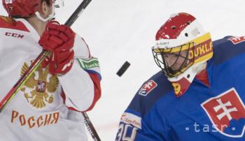 Na snímke vpravo brankár Matej Tomek (Slovensko) a vľavo Rus Artur Kajumov v hokejovom zápase Olympijský výber Ruska - Slovensko na turnaji NaturEnergie Challenge 2019 Švajčiarskeho pohára vo Vispe 12. decembra 2019. FOTO TASR - Martin Baumann