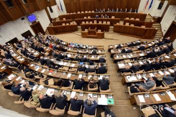NRSR: Prelomila prezidentovo veto a opäť prijala jasličkový zákon