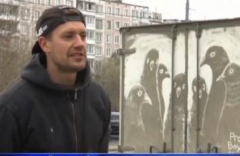 VIDEO: Jeho plátnom je špinavé auto. Dielo vydrží do prvého dažďa
