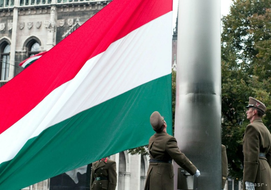 Maďarsko spomína na obete nehody, štátnu vlajku spustili na pol žrde