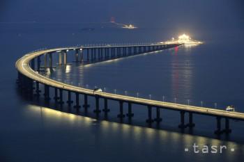 Otvoriil rekordne dlhý most spájajúci Hongkong a Macao