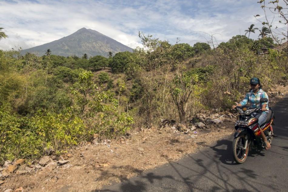 Z okolia sopky na ostrove Bali odišli do bezpečia ďalšie tisícky ľudí