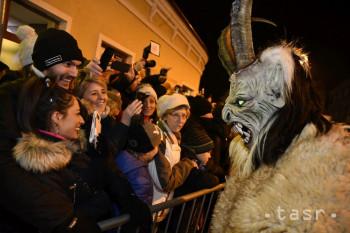 Na snímke účastníci druhého ročníka pochodu čertov Krampus v Piešťanoch 15. decembra 2018 za účasti 150 maskovaných postáv.