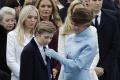 Melania Trumpová si obliekla belasé šaty, pripomínala Kennedyovú