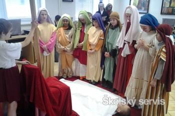 Štvrtáci spolužiakom zahrali 14 zastavení Krížovej cesty