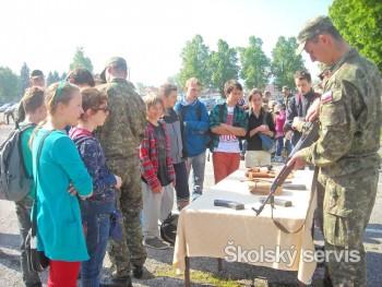 Deti spoznávali prácu vojakov vo vojenskom útvare v Ružomberku