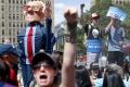 Vo Filadelfii protestovali tisíce ľudí proti vymenovaniu Clintonovej
