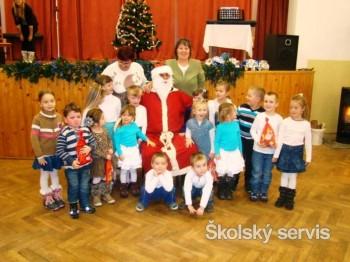 V našej dedine Mikuláš nosí darčeky deťom aj dôchodcom