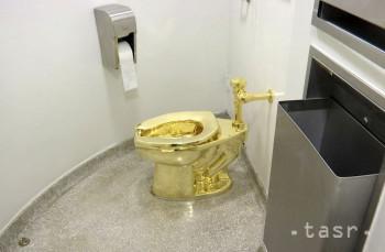 Na snímke z 16. septembra 2016 toaleta z 18-karátového zlata od talianskeho umelca Maurizia Cattelana na záchode v Guggenheimovom múzeu v New Yorku. Záchodová misa z pravého zlata, ktorú v sobotu 14. septembra 2019 odcudzili z rodiska a pôvodného domova legendárneho britského premiéra z obdobia druhej svetovej vojny Winstona Churchilla, má podľa britskej polície hodnotu 4,8 milióna libier (5,3 milióna eur).
