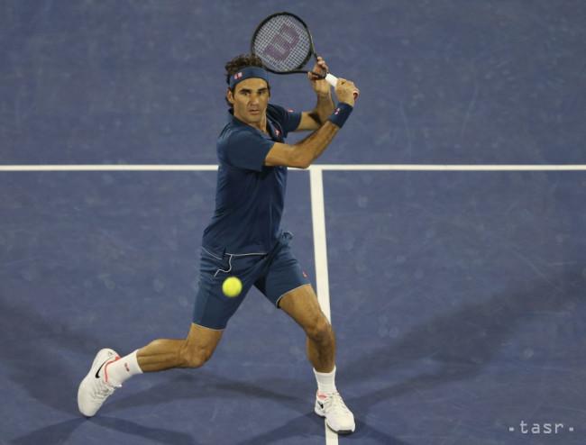 c2d734e3f5516 Švajčiarsky tenista Roger Federer vracia loptičku Grékovi Stefanosovi  Tsitsipasovi vo finále tenisového turnaja ATP v Dubaji 2. marca 2019.