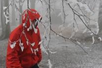 Na zľadovatených chodníkoch hrozia pády, treba si chrániť najmä hlavu