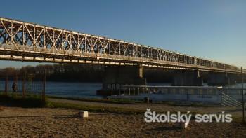 Starý most uzavreli, aby ho mohli začať rozoberať