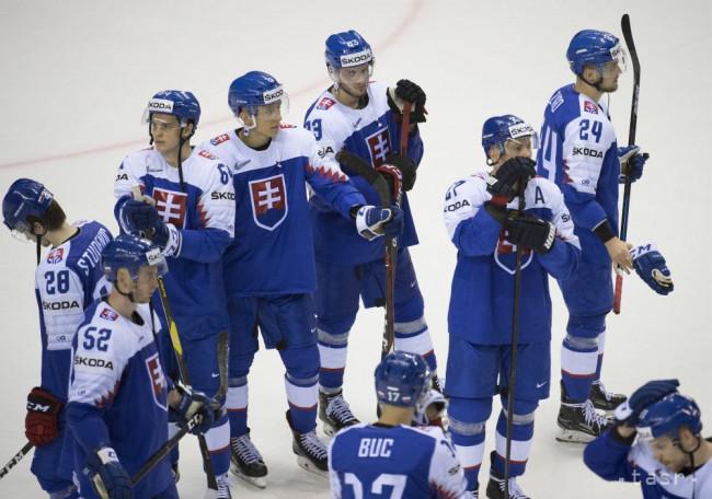 326c4b989cbe0 Na snímke smutní slovenskí hokejisti po prehre 2:3 s Nemeckom v zápase  základnej A-skupiny Nemecko - Slovensko na 83. majstrovstvách sveta v  ľadovom hokeji ...