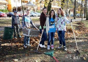 Trnava: Študenti a seniori budú hrabať spolu lístie
