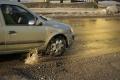 Poškodenie vozidla spôsobené výtlkom na ceste hradí poisťovňa