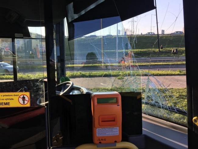 VIDEO  NEHODA  Autobus MHD sa zrazil v Bratislave s autom a4b2dd9f759