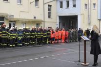 Denisa Saková sa prihovára hasičom