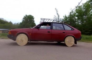 Rusi namontovali na auto drevené kolesá. Ako to asi mohlo dopadnúť?