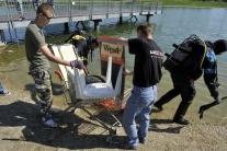 Potápači čistili bratislavské jazero Kuchajda