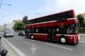 Dvojposchodový party autobus vrazil do londýnskeho mosta