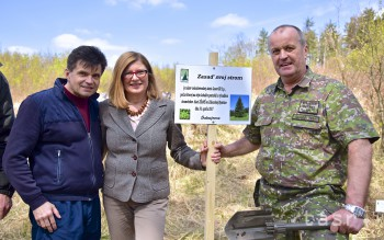 Ministri školstva, obrany a pôdohospodárstva sadili s deťmi stromy